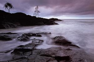 Фотографии Тео Оллофса. Волны у скалистого берега. Северный Квинсленд, Австралия