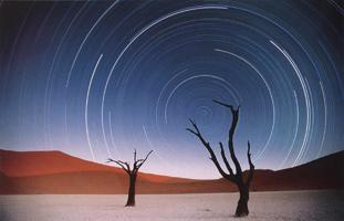 Фотографии Арт Вулфа. Звездные траектории над Дедвлеи. Намибия