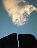 Фотографии Галена Роуэлла. Расколотая скала и облоко. Восточная Сьерра-Невада, Калифорния, США