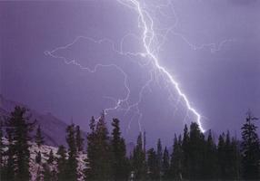 Фотографии Кеннана Уорда. Удар молнии в гору Полукупол