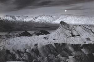 Фотографии Линна Радека. Луна над Забриски-пойнт. Национальный парк «Долина Смерти», Калифорния, США. 1980