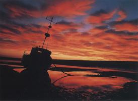 Фотографии Тома Мэкки. Рыбацкое судно на закате. Приморский Уэльс, Норфолк, Англия