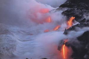 Фотографии Уильяма Нейла. Поток лавы, вливающийся на рассвете в море. Национальный парк «Гавайские вулканы», Гавайи. 1994