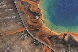 Фотографии Янна Артюс-Бертрана. Большой Призматический гейзер, Йеллоустоунский национальный парк, Вайоминг, США